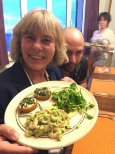 """En entrée: Cocktail de crever, accompagné de sa salade et de """"crostinis""""!"""