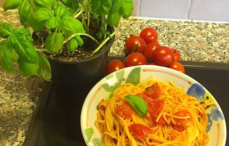 Spaghettis aux tomates-cerises et basilic