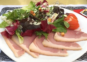 Jambon à l'os et salade