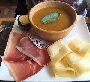 Crème de légumes, fromage et jambon cru