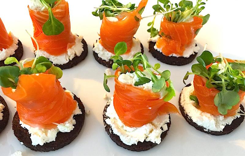 Petits canapés de pumpernickel au saumon