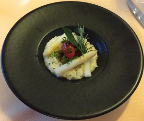 Risotto à l'huile de truffe, asperges du Valais, fèves et lard colonnata