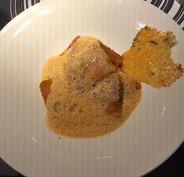 Ravioles de langoustines bisque de homard et chips de parmesan à l'algue