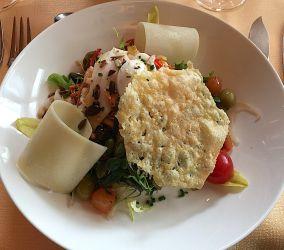Salades croquantes aux rebibes et tuile de parmesan