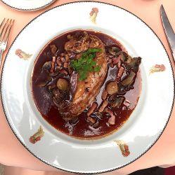 Poulette de Bresse, façon coq au vin